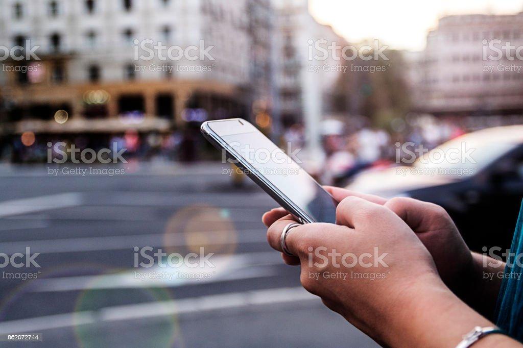 Mujer usando teléfono inteligente foto de stock libre de derechos