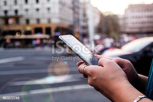 Fotografía de Mujer Usando Teléfono Inteligente y más banco de imágenes de 20 a 29 años