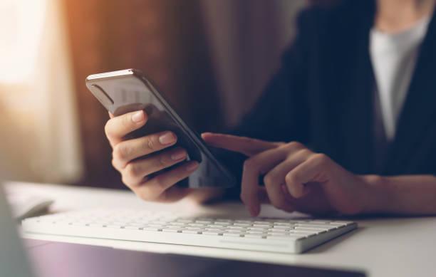 женщина с помощью смартфона. концепция использования телефона имеет важное значение в повседневной жизни. - сообщение стоковые фото и изображения