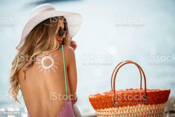 Woman using sun cream on the beach picture id1026972600?b=1&k=6&m=1026972600&s=612x612&h=yx9utirct 7p4pmjsagdcopttuag2h1mqwfhtyo1dq0=