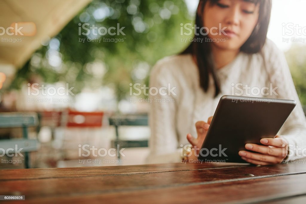 Woman using tablet at coffee shop圖像檔