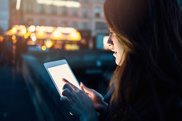 frau mit tablet-pc in der nacht - genießen französisch stock-fotos und bilder