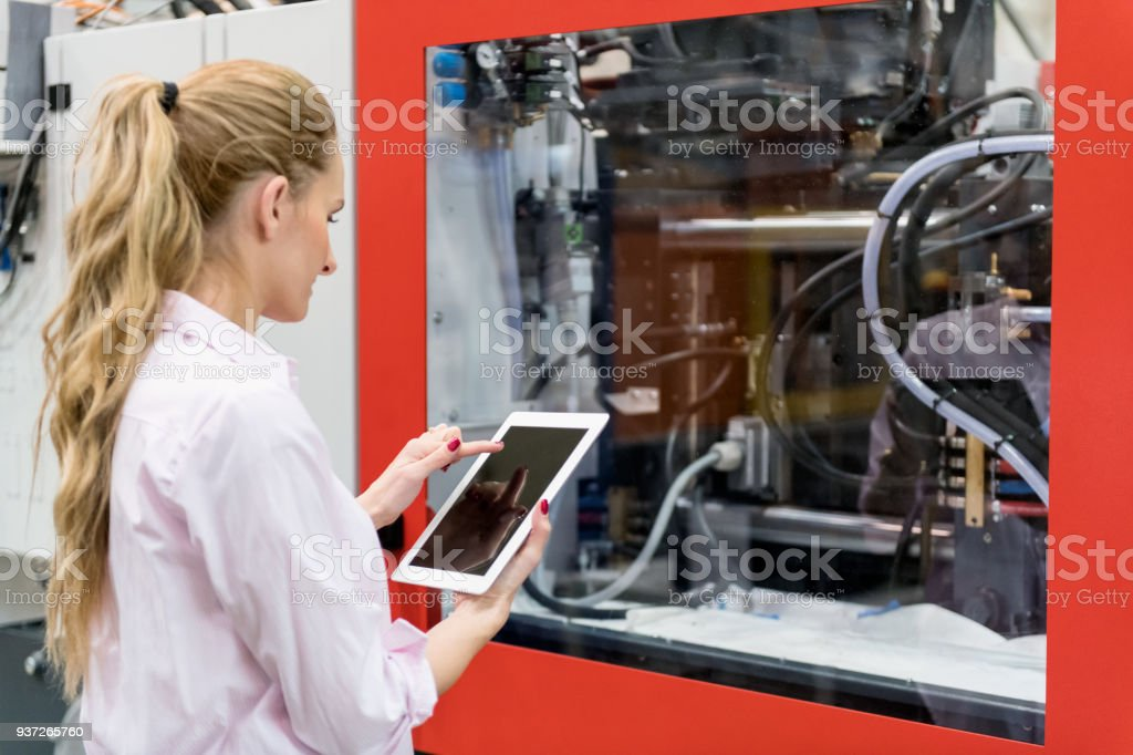 Frau mit Tablet & CNC-Maschine – Foto