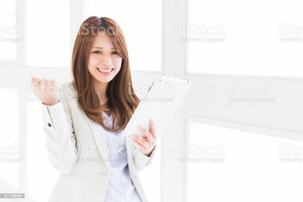 Mulher usando um tablet - foto de acervo