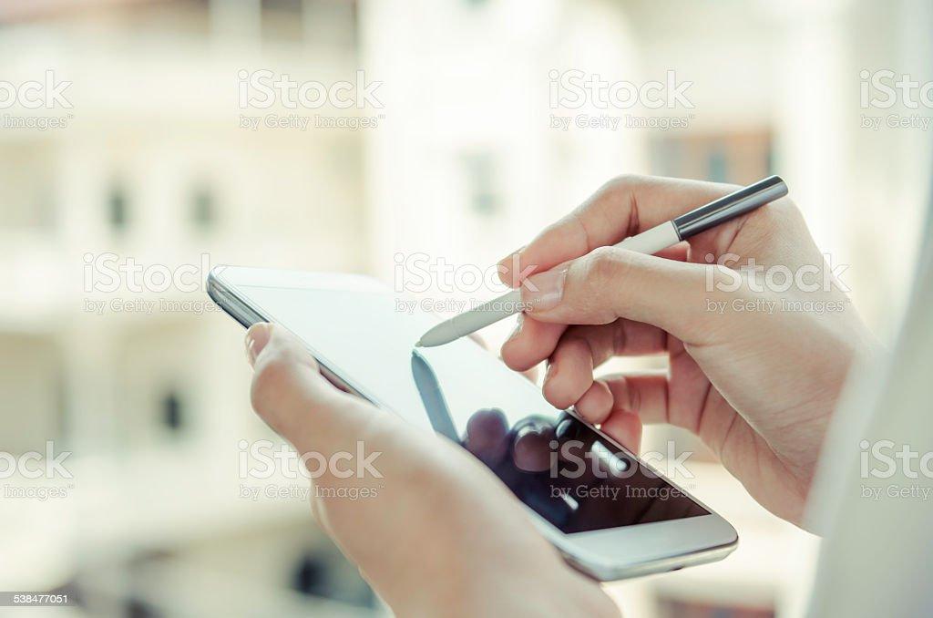 Frau mit tablet mit stylus Stift – Foto