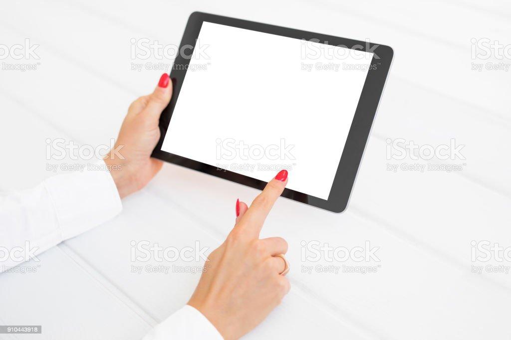 Frau mit Tablet mit weißen leeren Bildschirm auf weißen Schreibtisch – Foto