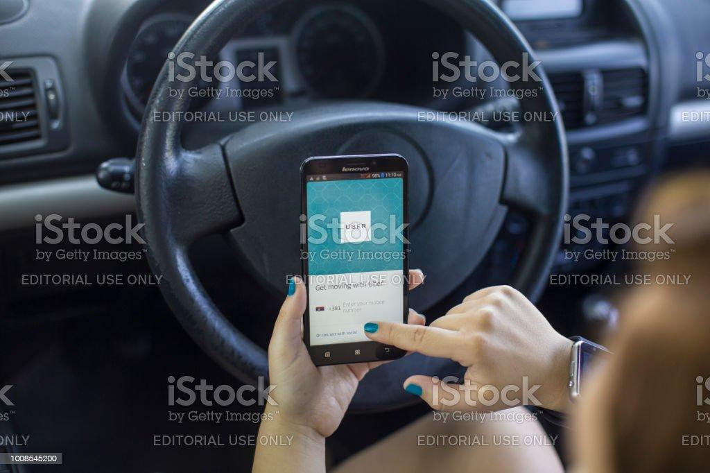 Femme en utilisant l'application Uber - Photo