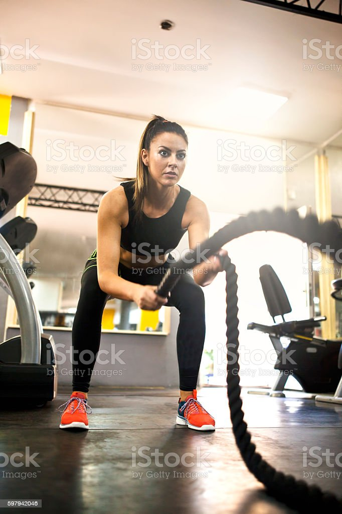 woman using training ropes in a gym foto royalty-free