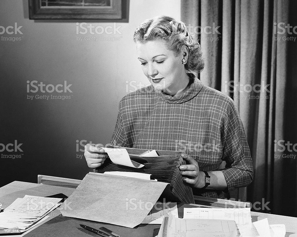 Mujer usando máquina de escribir foto de stock libre de derechos