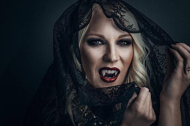 femme vampire maquillage créatif pour halloween - vampire femme photos et images de collection