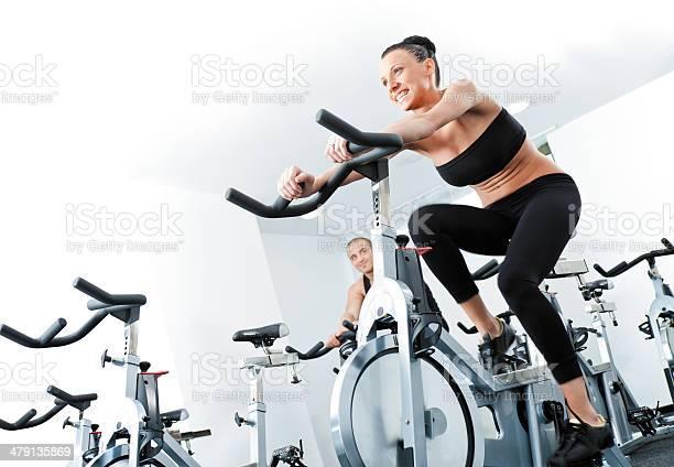 Mujer Veloargometer Gim Gimnasio Foto de stock y más banco de imágenes de Andar en bicicleta