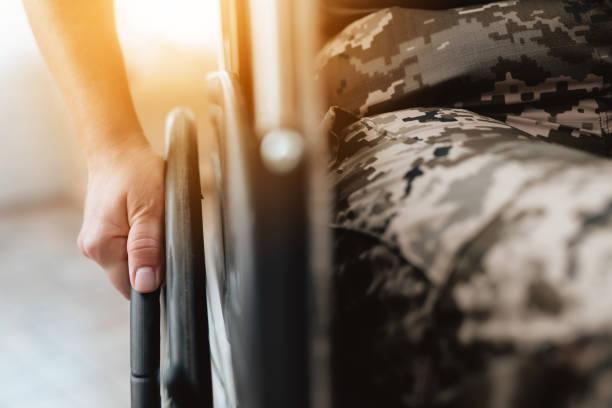 veterano de la mujer en silla de ruedas volvió del ejército. mujer veterano de la foto de primer plano en una silla de ruedas. - personal militar fotografías e imágenes de stock