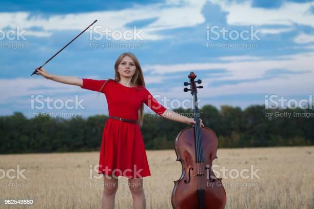 Foto de Violoncelista De Mulher Com Violoncelo E Arco Jogando No Campo e mais fotos de stock de 20 Anos