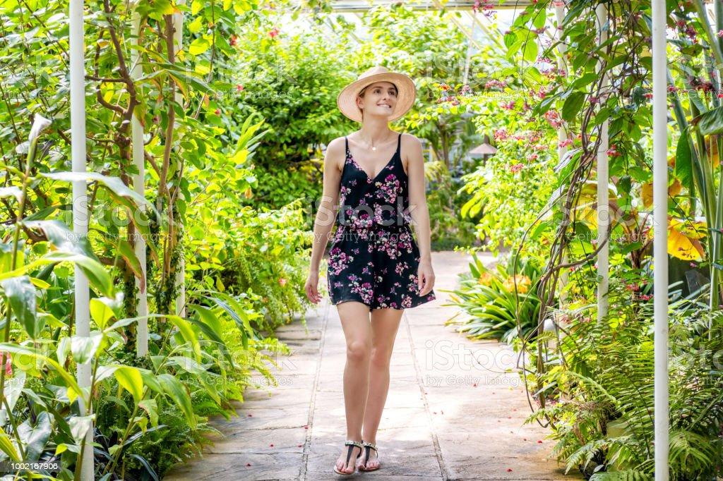 Frau im tropischen Garten besuchen – Foto