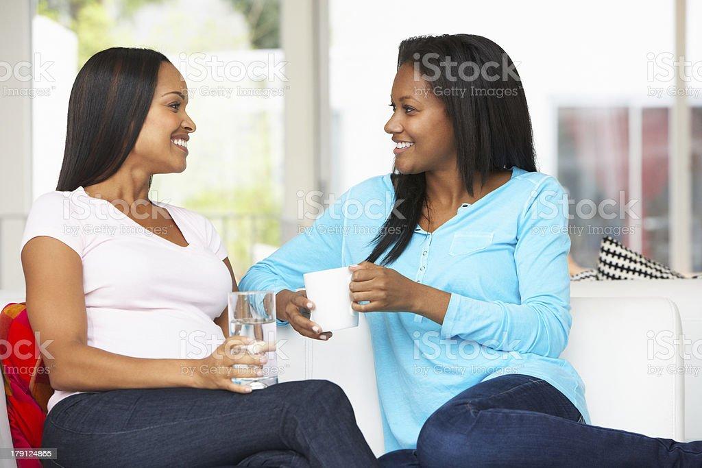 Mujer embarazada amigo en casa visitando - foto de stock
