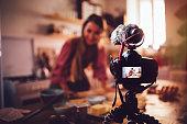 女性ビデオブロガー ベーキングとフード チャンネル、ビデオの録画