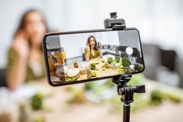 woman vlogging about healthy food - dodatkowa praca zdjęcia i obrazy z banku zdjęć