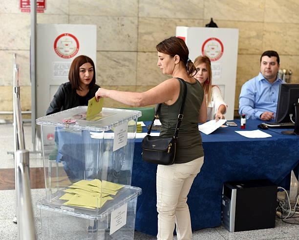 femme voter pour le turc des élections générales - 2015 photos et images de collection