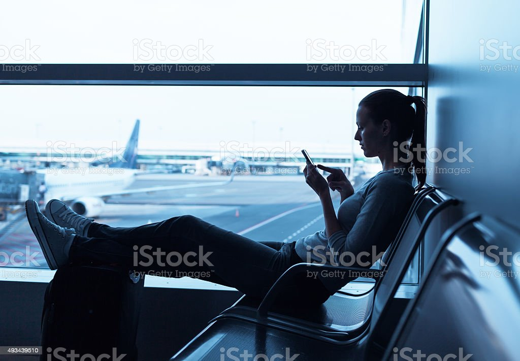 Frau warten am Flughafen Lizenzfreies stock-foto