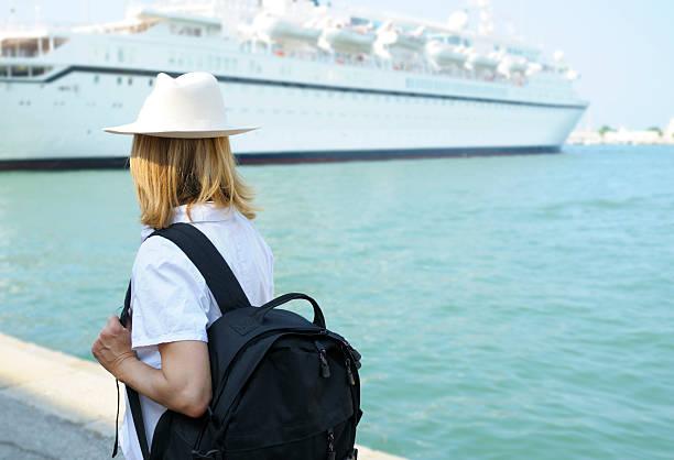 woman waiting for cruise ship - aangemeerd stockfoto's en -beelden