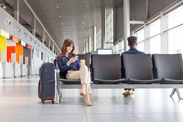 mulher esperando por voo na sala vip do aeroporto - banco assento - fotografias e filmes do acervo