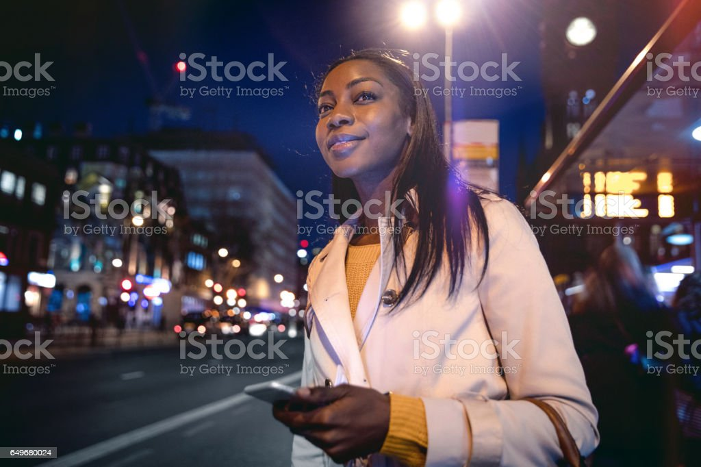 Mulher esperando o ônibus em Londres - foto de acervo
