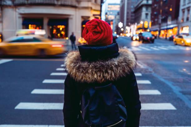 frau, die darauf warten, überqueren sie die straße in der innenstadt von manhattan - new york city - sightseeing in new york stock-fotos und bilder