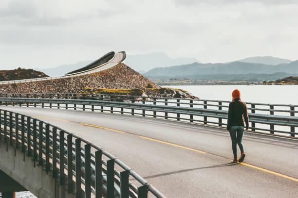 Frau allein zu Fuß auf der Atlantikstraße in Norwegen Storseisundet Brücke Reisen Lifestyle Konzept Abenteuer Urlaub im freien – Foto