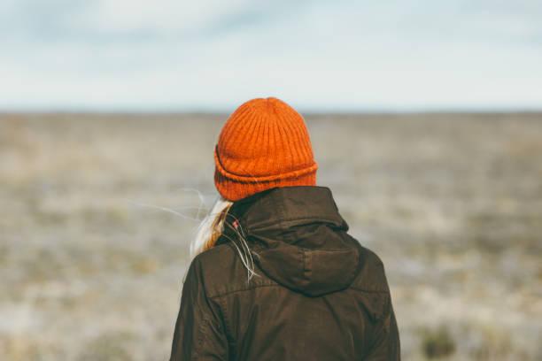 Frau zu Fuß allein Prärie auf Hintergrund Reisen Lifestyle Konzept im freien Einsamkeit melancholische Gefühle – Foto