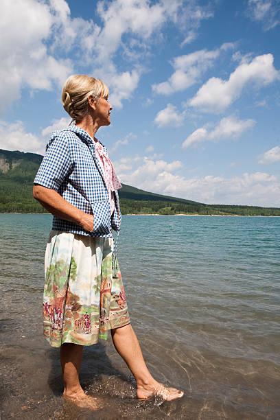 歩く女性、湖 - 水につかる ストックフォトと画像