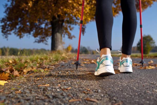 Frau cross country trail walking – Foto
