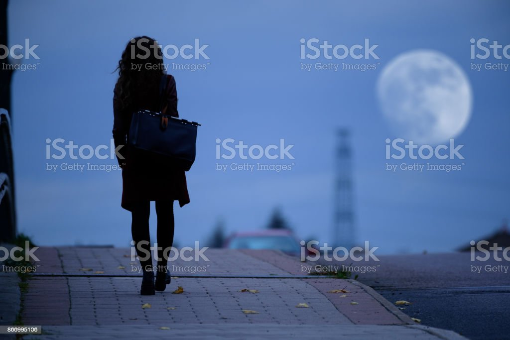 Frau zu Fuß nach Hause auf dunklen Brücke – Foto