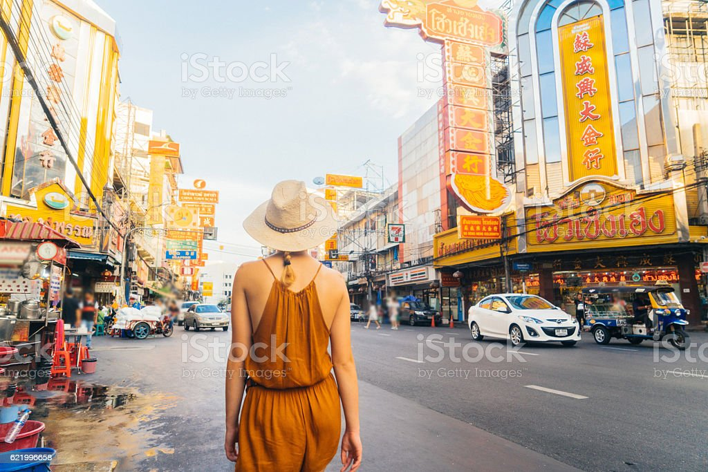 Woman walking in Chianatown圖像檔