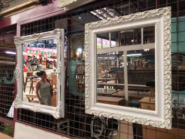 frau zu fuß in flohmarkt - maschendrahtzaun preis stock-fotos und bilder