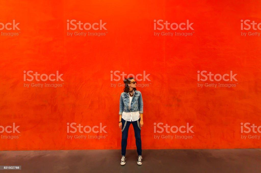 Mulher andando na frente de fundo vermelho - foto de acervo