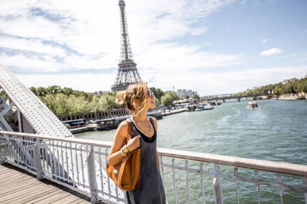 frau zu fuß in paris - paris sommer stock-fotos und bilder