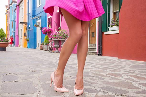 frau zu fuß im romantischen alt dorf - damen rock pink stock-fotos und bilder