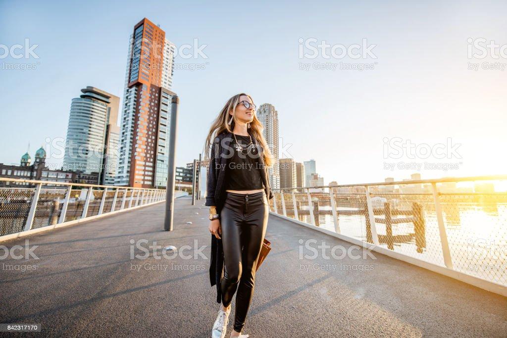 Mulher andando na cidade de Roterdão - foto de acervo