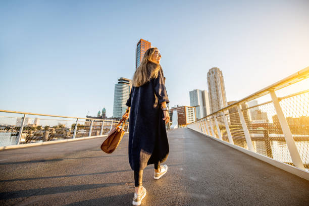woman walking in rotterdam city - rotterdam foto e immagini stock