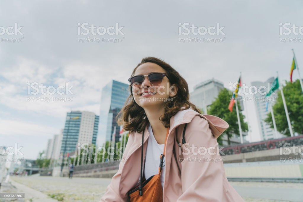 婦女步行在鹿特丹 - 免版稅人圖庫照片