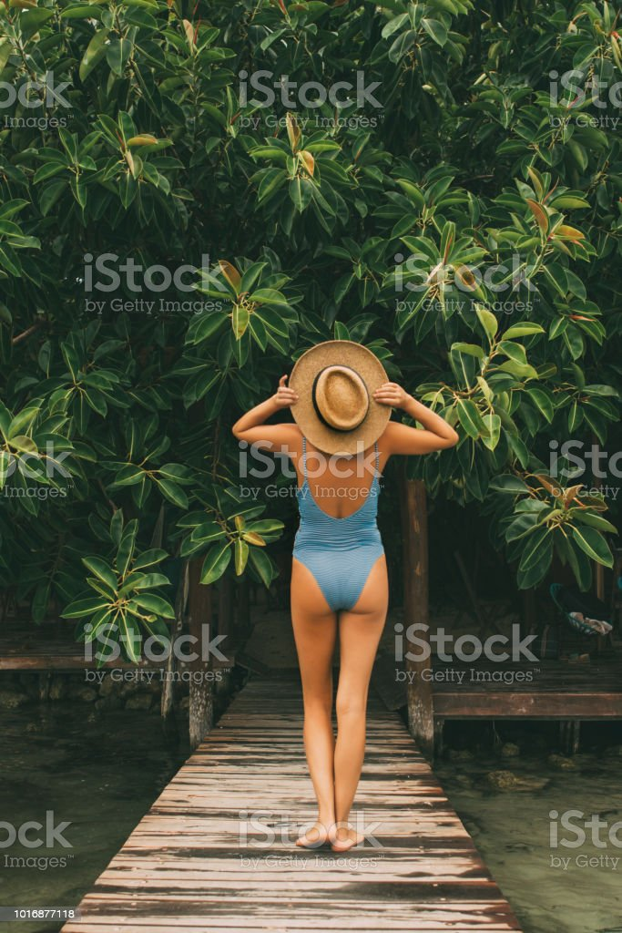 Mujer caminando en la selva - foto de stock