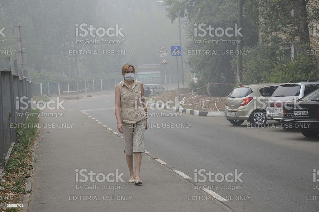 Femme marche dans une épaisse fumée - Photo