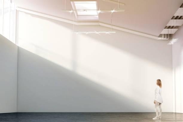 frau zu fuß in der nähe von leere weiße wand-mock-up in moderne galerie - große leinwand stock-fotos und bilder