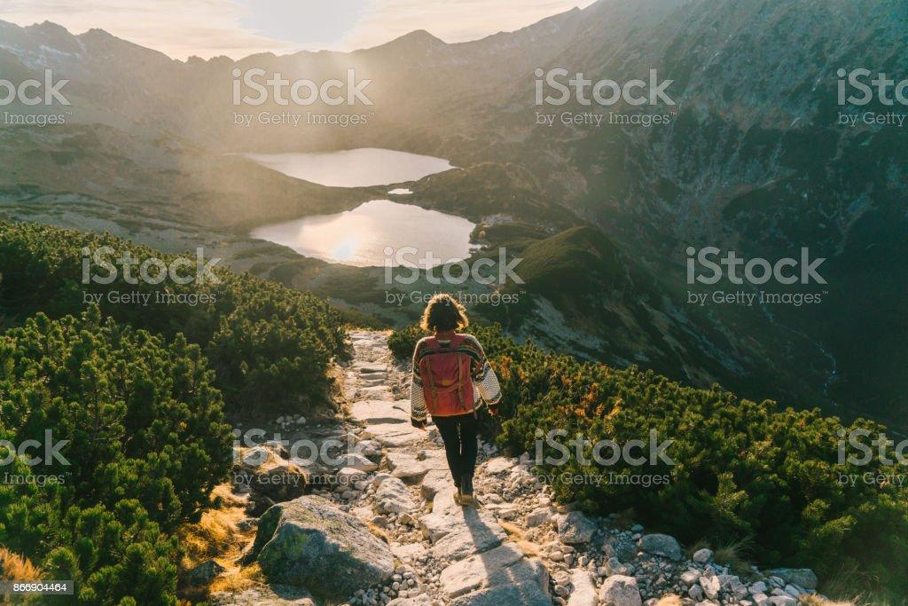 タトラ山脈の湖の近く歩いている女性 ストックフォト