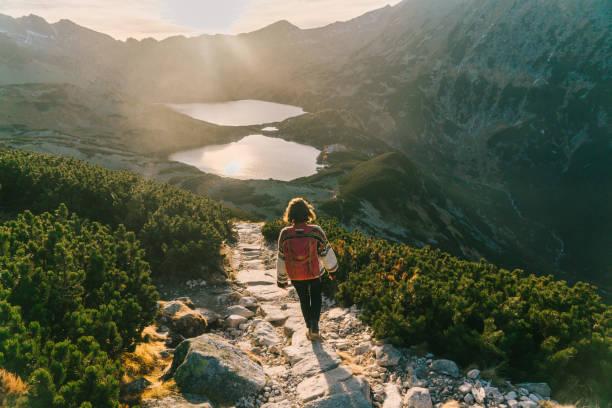 tatra 산에 호수 근처 산책 하는 여자 - 카르파티아 산맥 뉴스 사진 이미지
