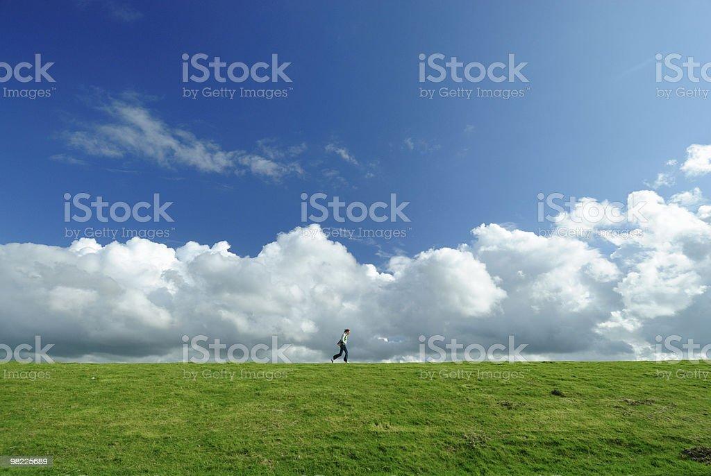여자 walking on a dyke royalty-free 스톡 사진
