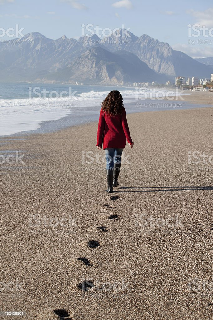 Mujer caminando en la playa foto de stock libre de derechos