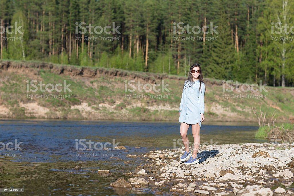 woman walking on rocks photo libre de droits