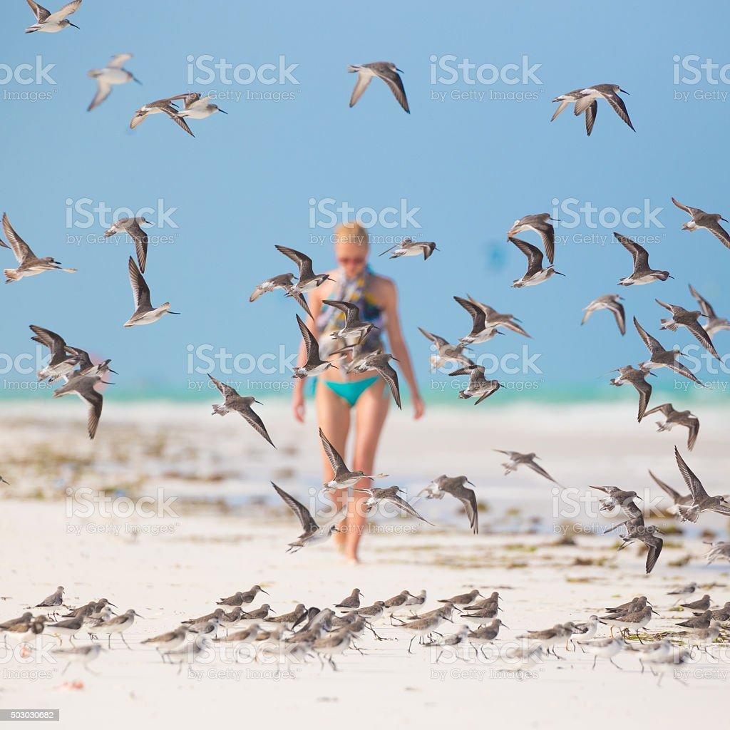 Frau zu Fuß auf den Strand. Lizenzfreies stock-foto