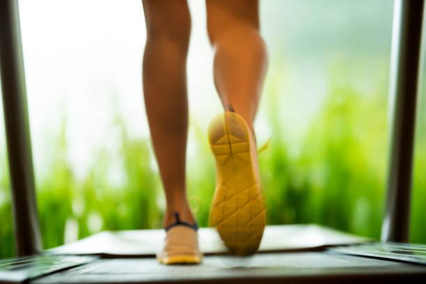 Frau zu Fuß auf Laufband – Foto